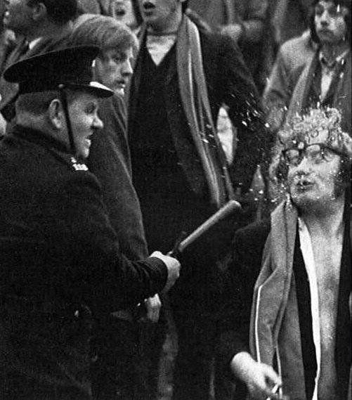 Полиция и несогласный на родине демократии