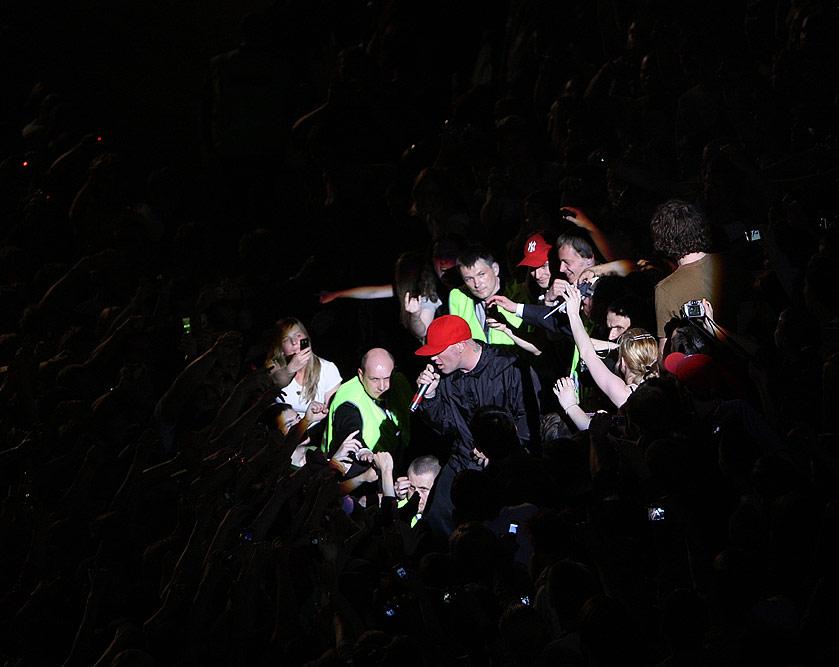 Фанаты окружают (с) Олег Зотов