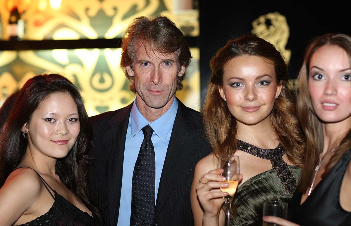 Майкл Бэй с девчонками (с) Олег Зотов