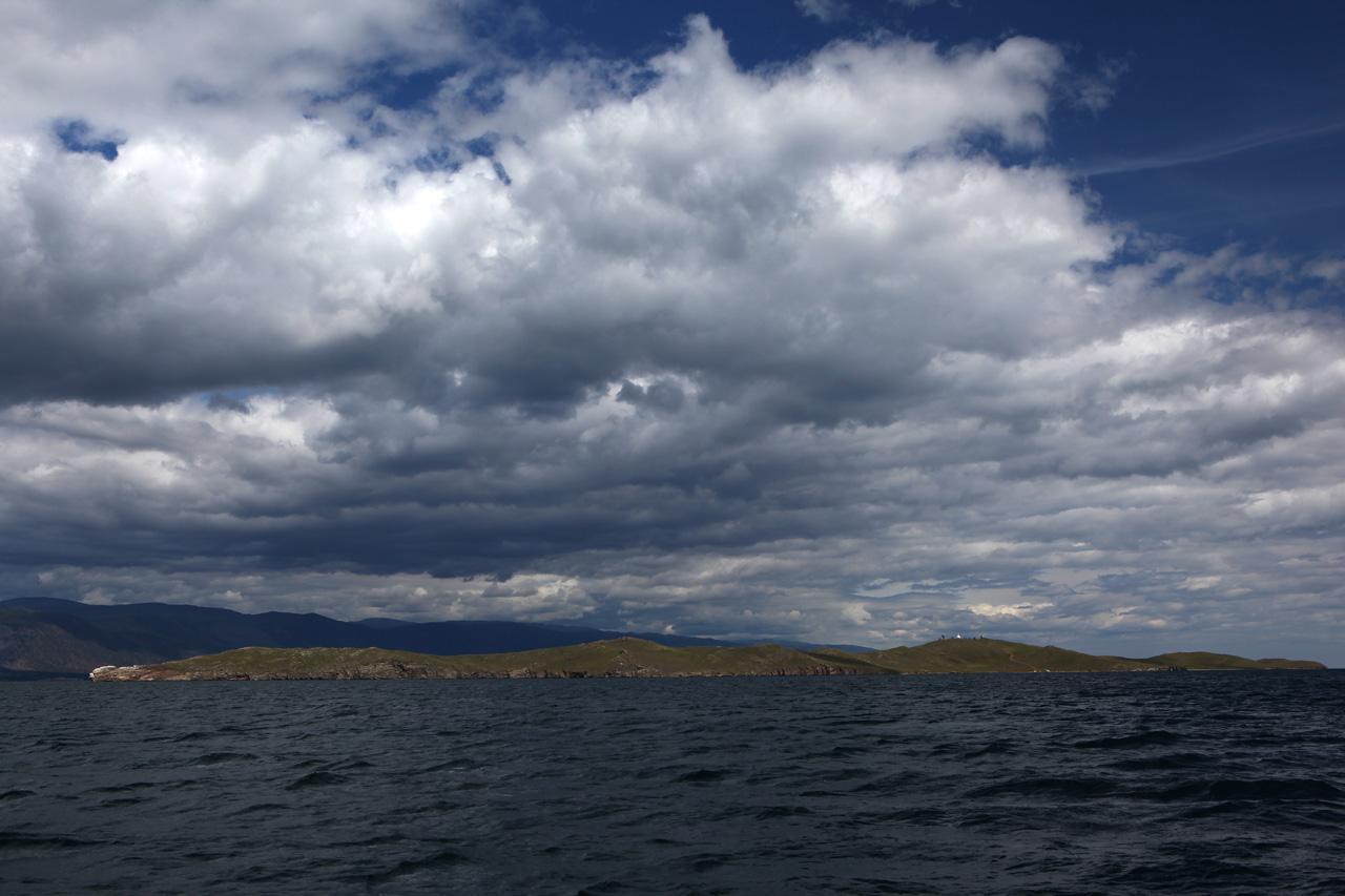 Остров Огой и буддистская ступа на нём