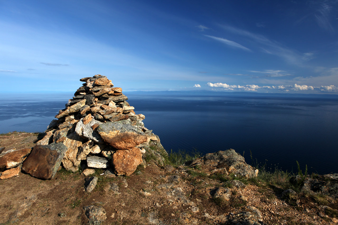 Шаманская каменная куча на горе