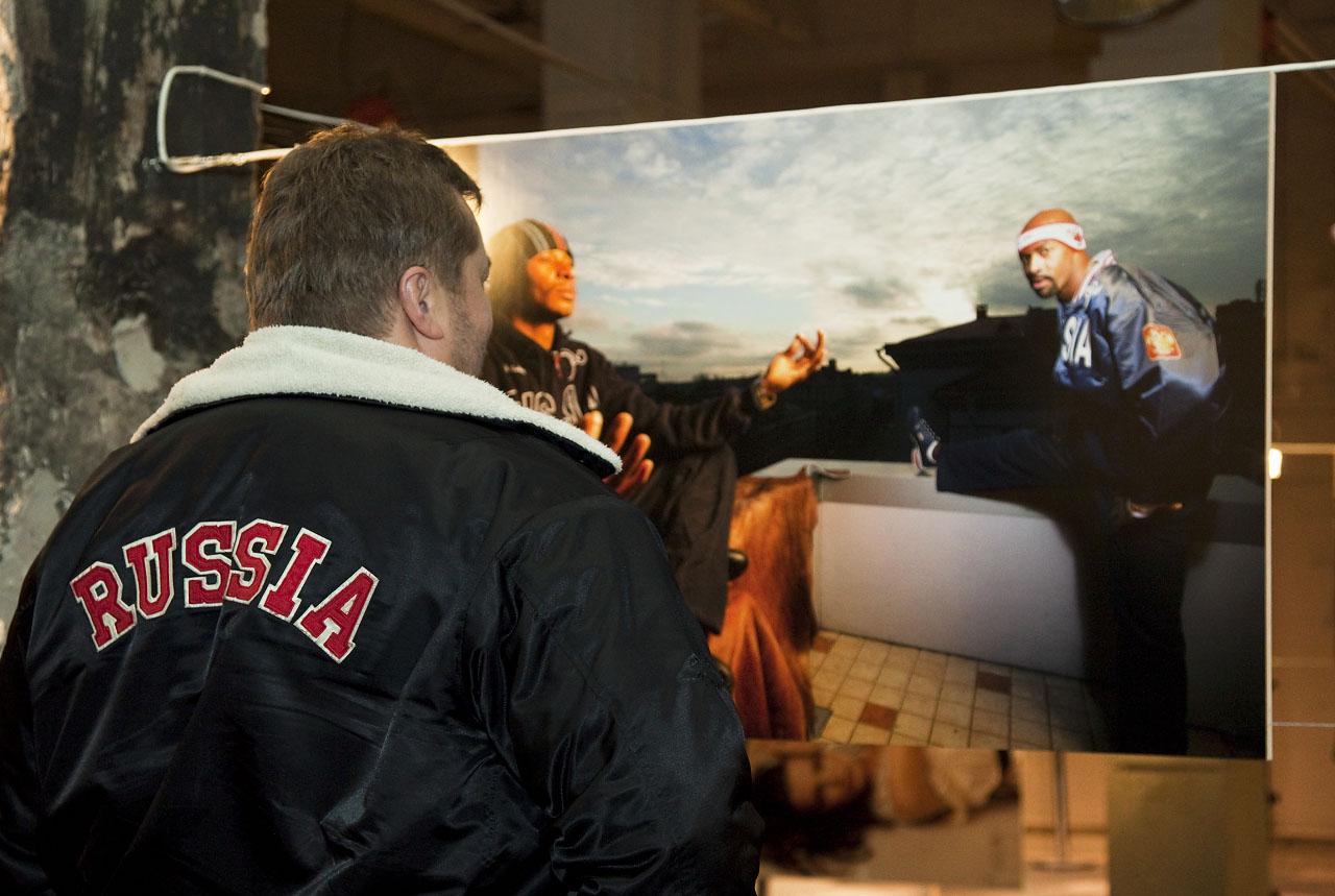 Русские люди на выставке (с) местный