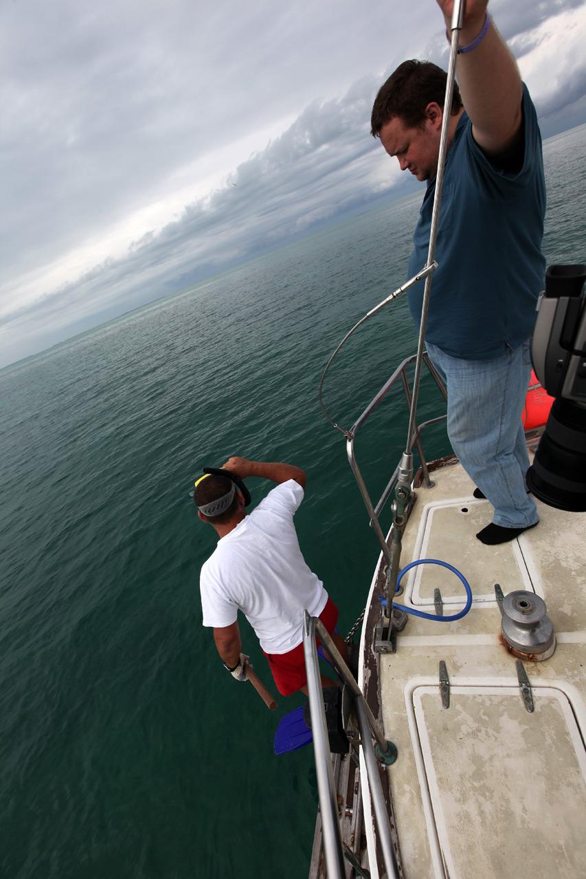 Капитан бросается за борт