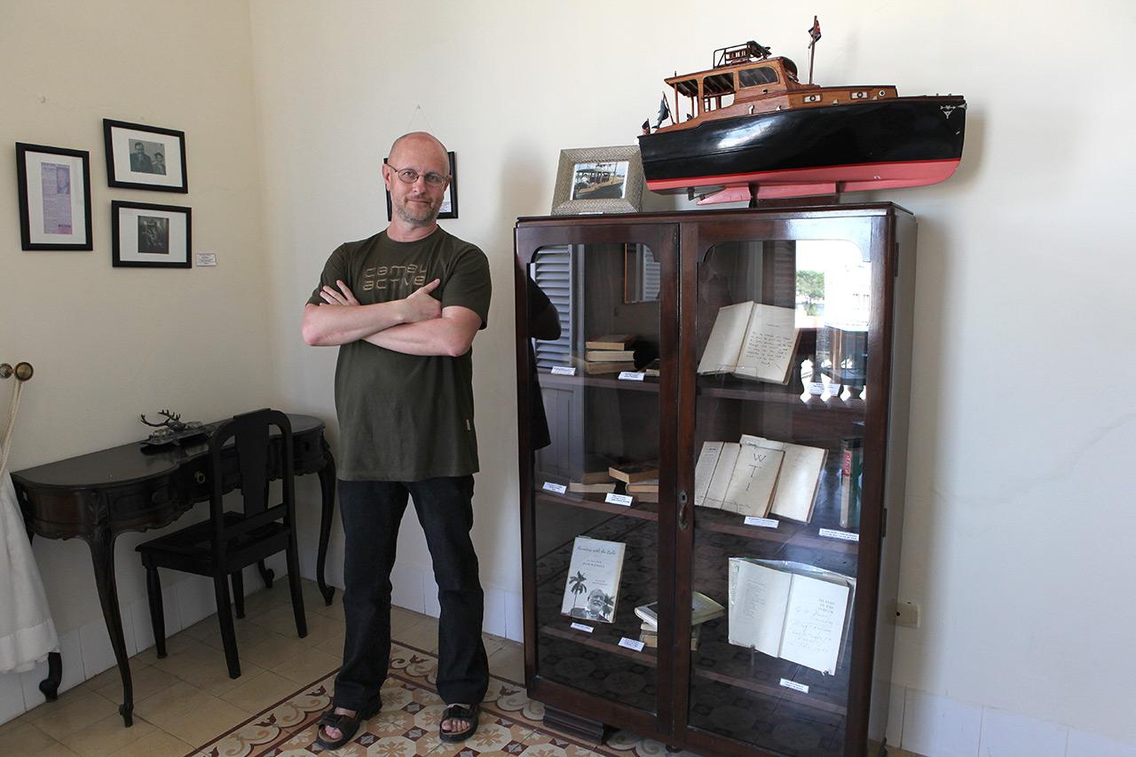 Книжная полочка Хемингуэя (с) Олег Зотов