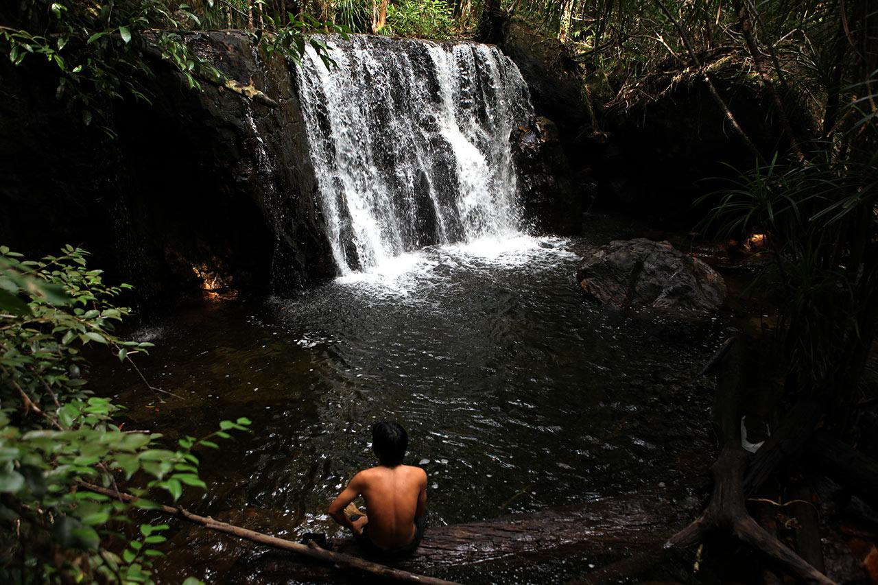 Паренёк у водопада