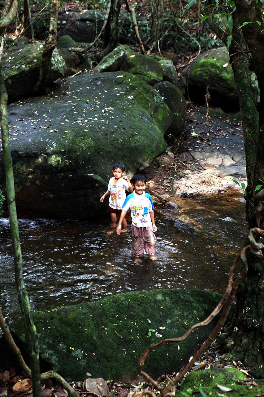 Дети в горной реке