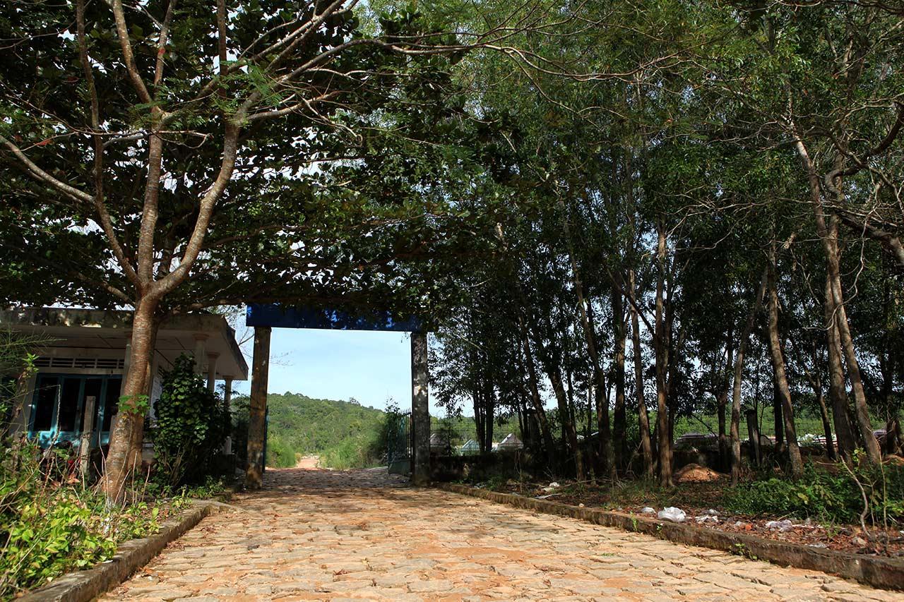 Вход на вьетнамское кладбище