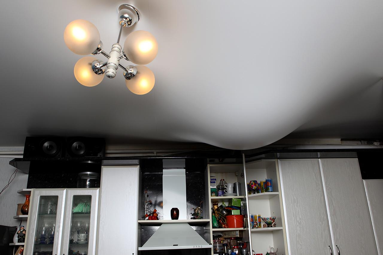Натяжной потолок и протечка