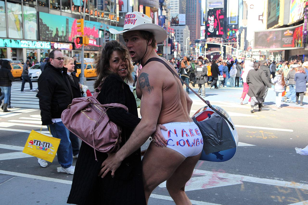 Голый ковбой на Таймс сквер