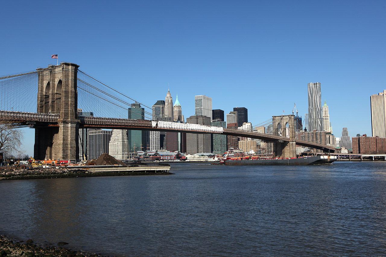 Баржа под Бруклинским мостом