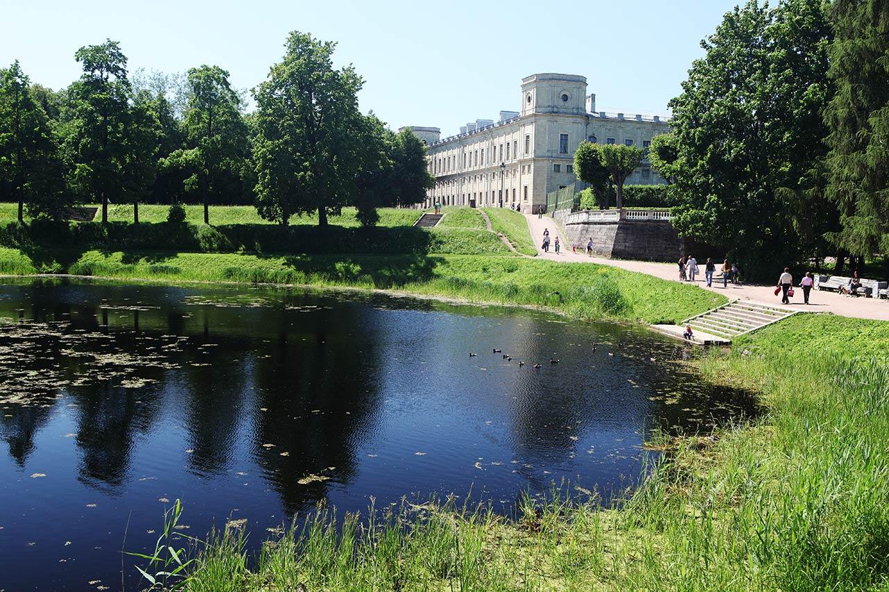 Дворец и пруд