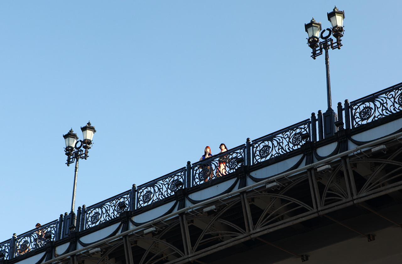 Девчонки на мосту