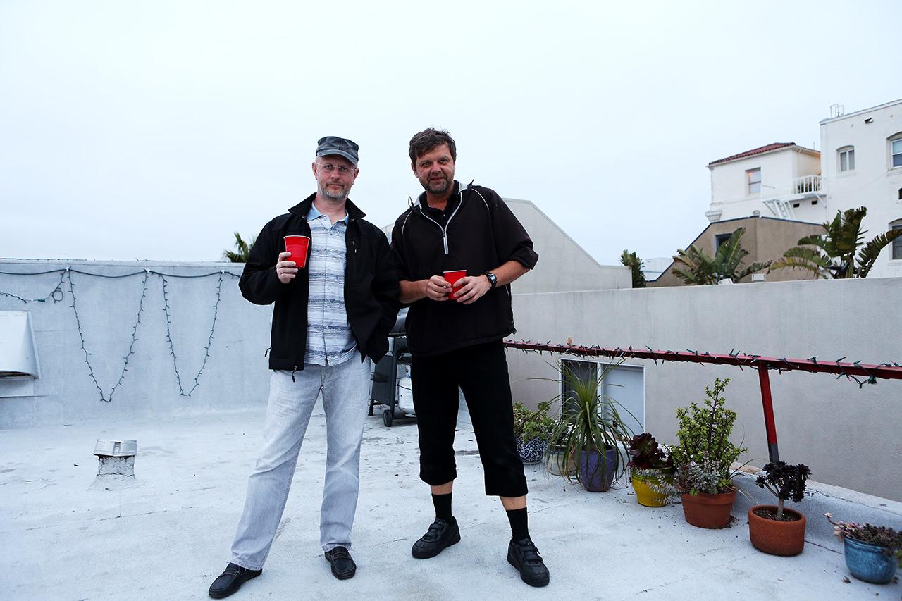 Мы с Гришей на крыше домика