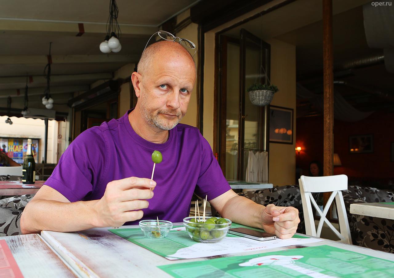 Ресторан Макарони и оливки в нём