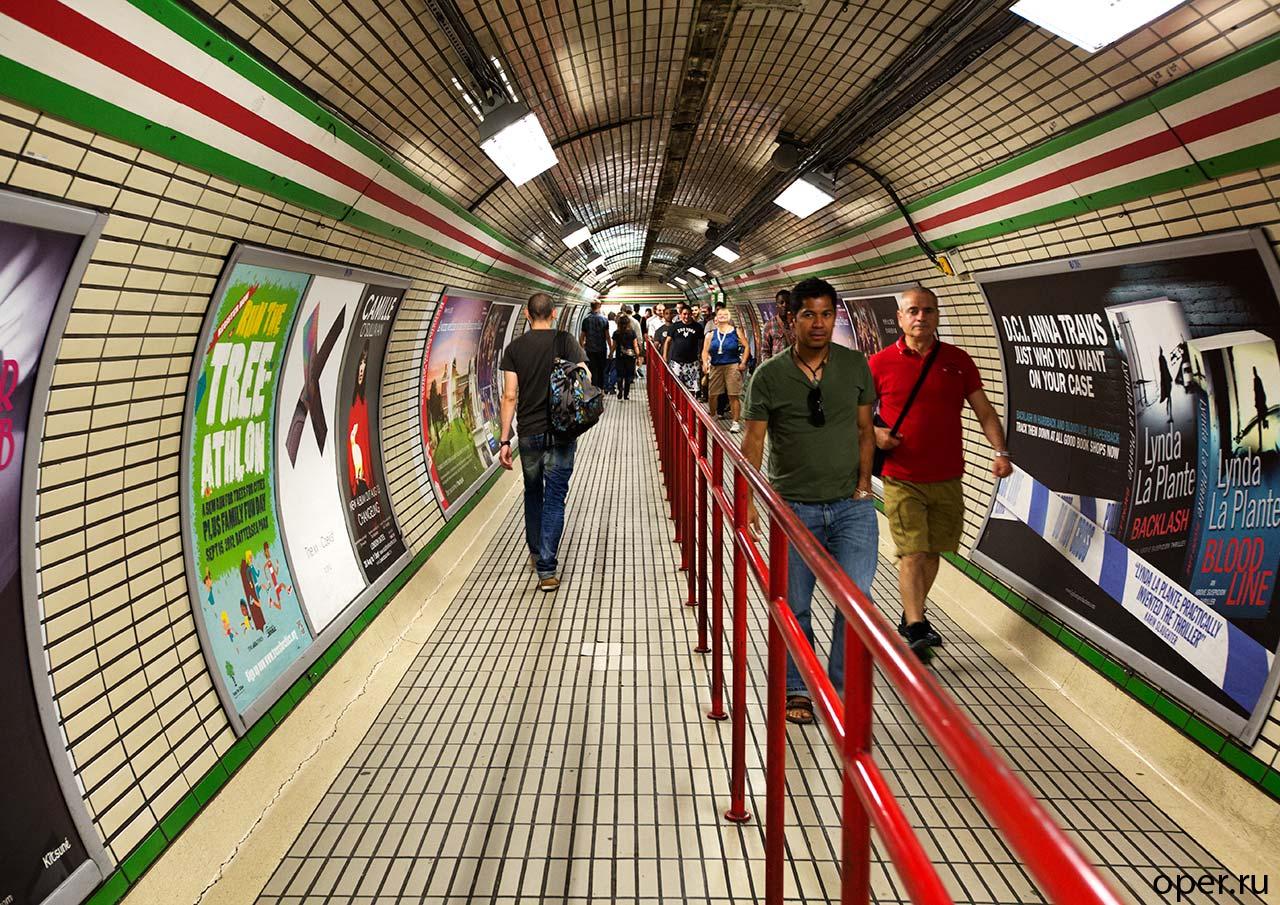 Жители Лондона в метро