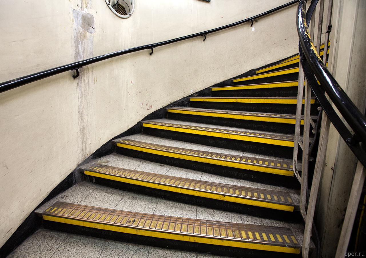 Винтовая лестница в метро