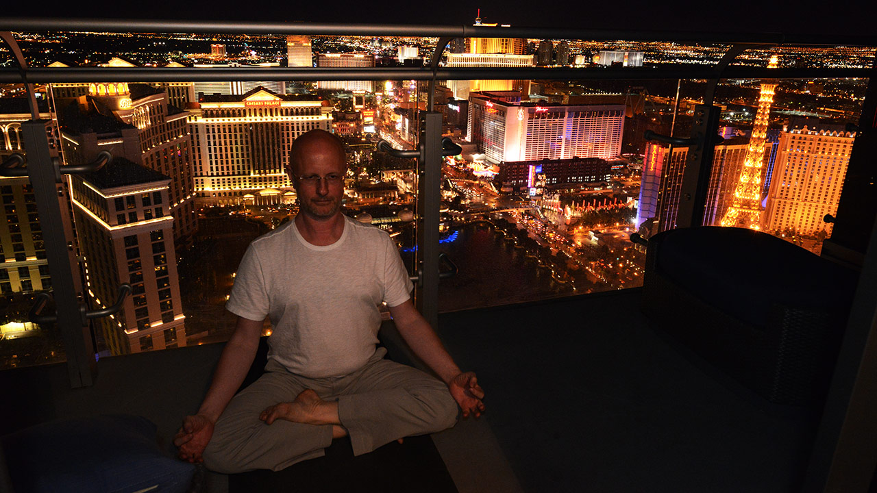 Вечерняя йога в Вегасе (с) Олег Зотов
