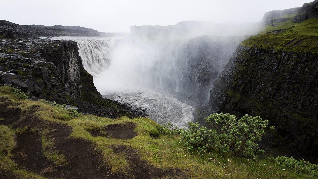 Исландский водопад Деттифосс