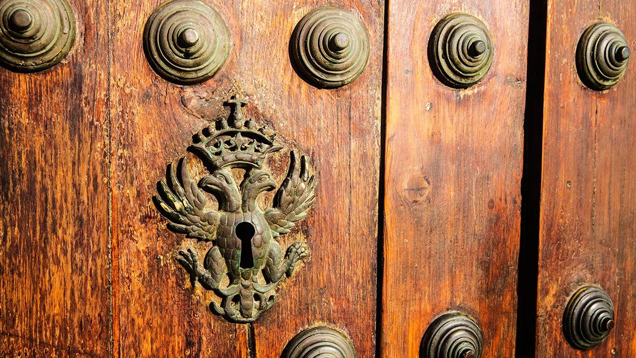 Ворота в церковь и скважина