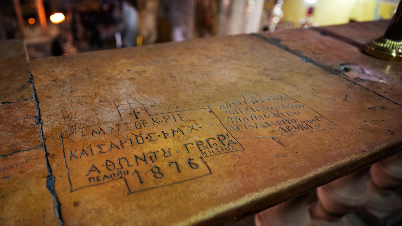 Иностранные туристы в храме Гроба Господня