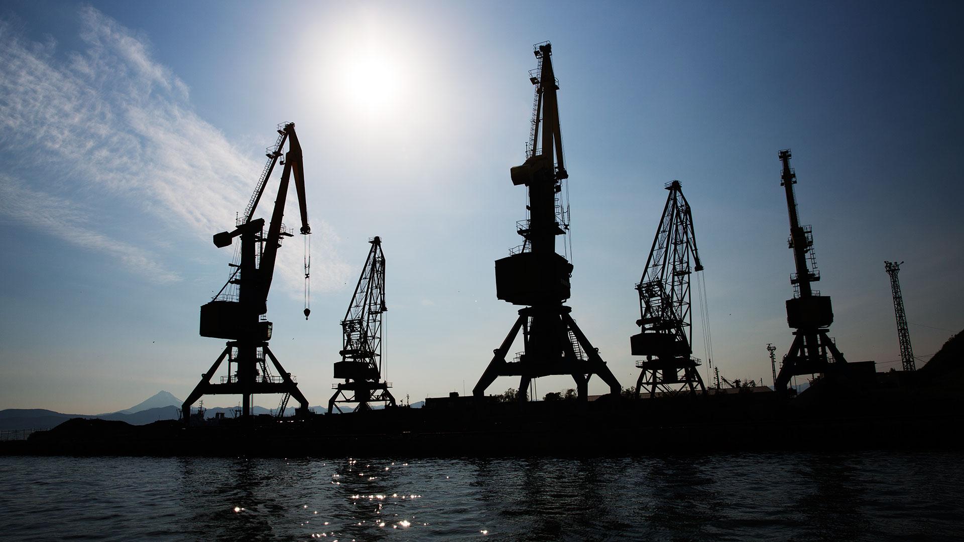 Краны в порту Петропавловска-Камчатского