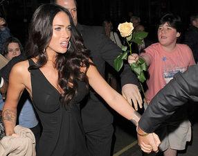 Мегану Фоксу дарят розу