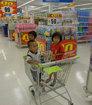 Тайские детишки в магазине